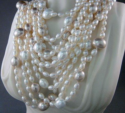Necklace in pearls and pearl shell